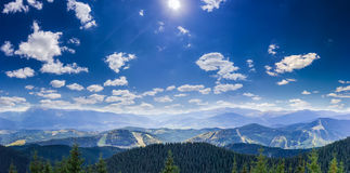 Paisagem do outono da montanha com picos e escalas de montanha Fotografia de Stock