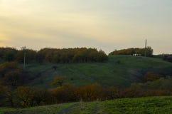 Paisagem do outono da noite em um terreno montanhoso do campo fotos de stock royalty free