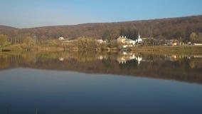 A paisagem do outono de uma floresta em cores bonitas da queda refletiu nas águas video estoque