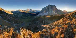 Paisagem do outono em cumes das dolomites, Itália Fotos de Stock