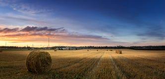Paisagem do outono em um campo com feno na noite, Rússia, Ural imagem de stock royalty free