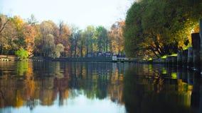 Paisagem do outono, lago no parque, folhas coloridas em árvores vídeos de arquivo