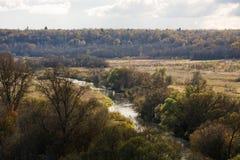 Paisagem do outono no rio, a floresta os bancos Foto de Stock Royalty Free