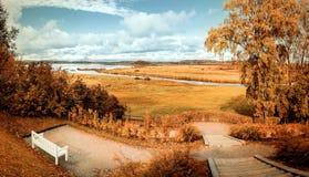 A paisagem do outono no vintage tonifica o parque do outono com rio e as árvores do outono no outono nebuloso resistem Fotografia de Stock