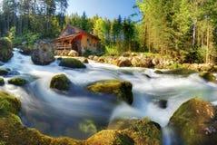 Paisagem do panorama de Áustria com cachoeira e watermill perto do Sal imagem de stock