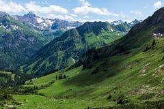 Paisagem do panorama em Baviera com montanhas dos cumes e no prado na mola Imagens de Stock