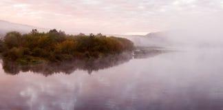 Paisagem do panorama, ilha do rio na névoa Imagem de Stock