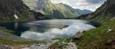 Paisagem do panorama, lago nas montanhas Imagem de Stock
