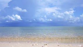 Paisagem do paraíso de praia tropical surpreendente Ondas de oceano e fundo do céu nebuloso Areia branca e mar cristal-azul filme