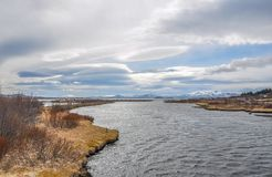 Paisagem do parque nacional de Islândia com grande lago e neve distante Foto de Stock