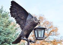 Paisagem do parque no outono Estátua da coruja do bronze da coruja (virginianus do bubão) Imagem de Stock Royalty Free