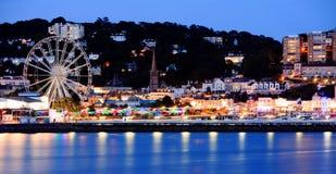 Paisagem do passeio de Torquay iluminada na noite, Devon, Inglaterra foto de stock