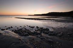 Paisagem do por do sol da baía de Kimmeridge imagens de stock