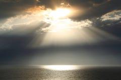 Paisagem do por do sol do mar e do céu com nuvens escuras fotos de stock royalty free