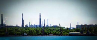 Paisagem do porto de carga e das plantas industriais Foto de Stock Royalty Free