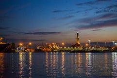 Paisagem do porto de Genoa na noite Italy, Europa Foto de Stock