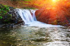 Paisagem do rio nas montanhas e na cachoeira pequena Foto de Stock Royalty Free