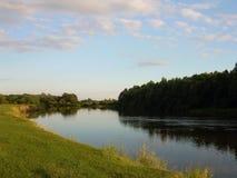Paisagem do rio no crepúsculo do dia Fotos de Stock