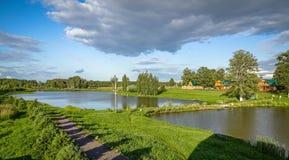 Paisagem do russo na lagoa no verão foto de stock