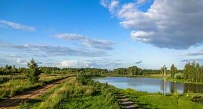 Paisagem do russo na lagoa no verão imagens de stock royalty free