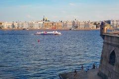 Paisagem do St Petersburg do centro: rio Neva, terraplenagem, a fortaleza de Peter e de Paul Fotografia de Stock Royalty Free