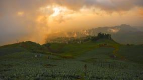 Paisagem do vale da montanha da névoa e da nuvem foto de stock