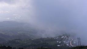 Paisagem do vale da montanha da névoa e da nuvem foto de stock royalty free