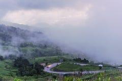 Paisagem do vale da montanha da névoa e da nuvem Fotos de Stock