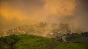 Paisagem do vale da montanha da névoa e da nuvem imagem de stock royalty free