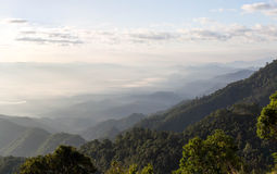 Paisagem do vale da montanha da névoa e da nuvem Imagens de Stock
