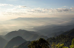 Paisagem do vale da montanha da névoa e da nuvem Fotografia de Stock
