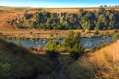 Paisagem do vale, dos montes, da ravina, do rio e das árvores Imagem de Stock