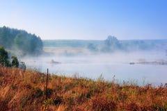 Paisagem do vale, o rio com névoa densa Fotografia de Stock