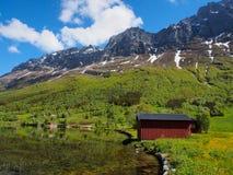 Paisagem do verão, acampando, montanhas íngremes em um fundo noruega Fotos de Stock