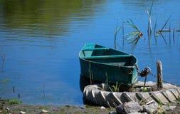 Paisagem do VERÃO Barco do ferro no rio fotografia de stock royalty free
