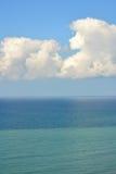 Paisagem do verão com mar e nuvens fotografia de stock