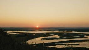 Paisagem do verão com rio e prado, ângulo largo, lapso de tempo filme