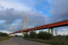 Paisagem do verão com uma vista da ponte cabo-ficada no rio Oka, Murom, Rússia foto de stock royalty free