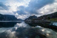Paisagem do verão da natureza em Noruega com montanhas, fiorde e clou Fotografia de Stock