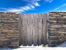 Paisagem do verão da natureza Opinião do campo e porta rústica na parede drystone na vila Cadaces fotografia de stock royalty free