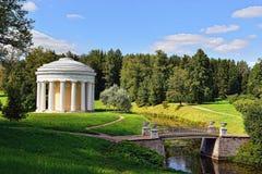 Paisagem do verão do jardim de Pavlovsk. Templo da amizade imagem de stock