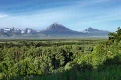 Paisagem do verão: vista dos vulcões e do céu azul no dia ensolarado Fotografia de Stock Royalty Free