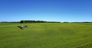 Paisagem do verde da vista aérea com máquina agrícola video estoque