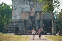 Paisagem do viajante dentro no templo em Tailândia Fotos de Stock