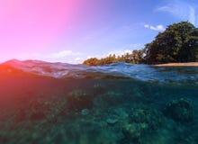 Paisagem dobro com mar e céu Vista submarina do recife de corais Litoral tropical da ilha Fotografia de Stock