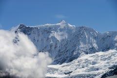 Paisagem dos cumes das montanhas da neve imagens de stock