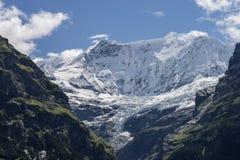 Paisagem dos cumes das montanhas em Suíça fotografia de stock
