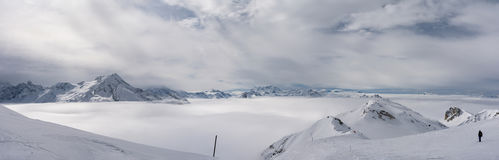 Paisagem dos cumes, dos picos e do mar da nuvem Imagem de Stock Royalty Free