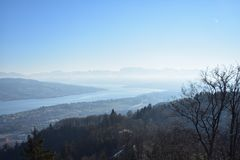 Paisagem dos cumes e do lago su??os Zurique de Uetliberg imagem de stock