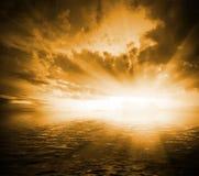 Paisagem dramática alaranjada tonificada no por do sol Foto de Stock
